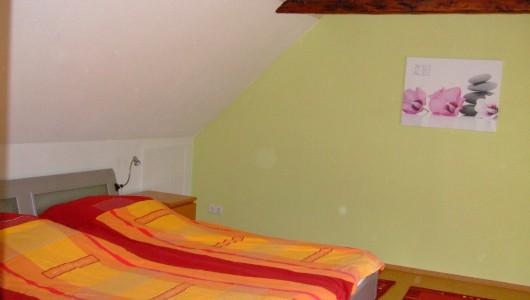 schlafzimmer mit offenen dachbalken und doppelbett im detail ferienwohnung wilde in itzehoe. Black Bedroom Furniture Sets. Home Design Ideas
