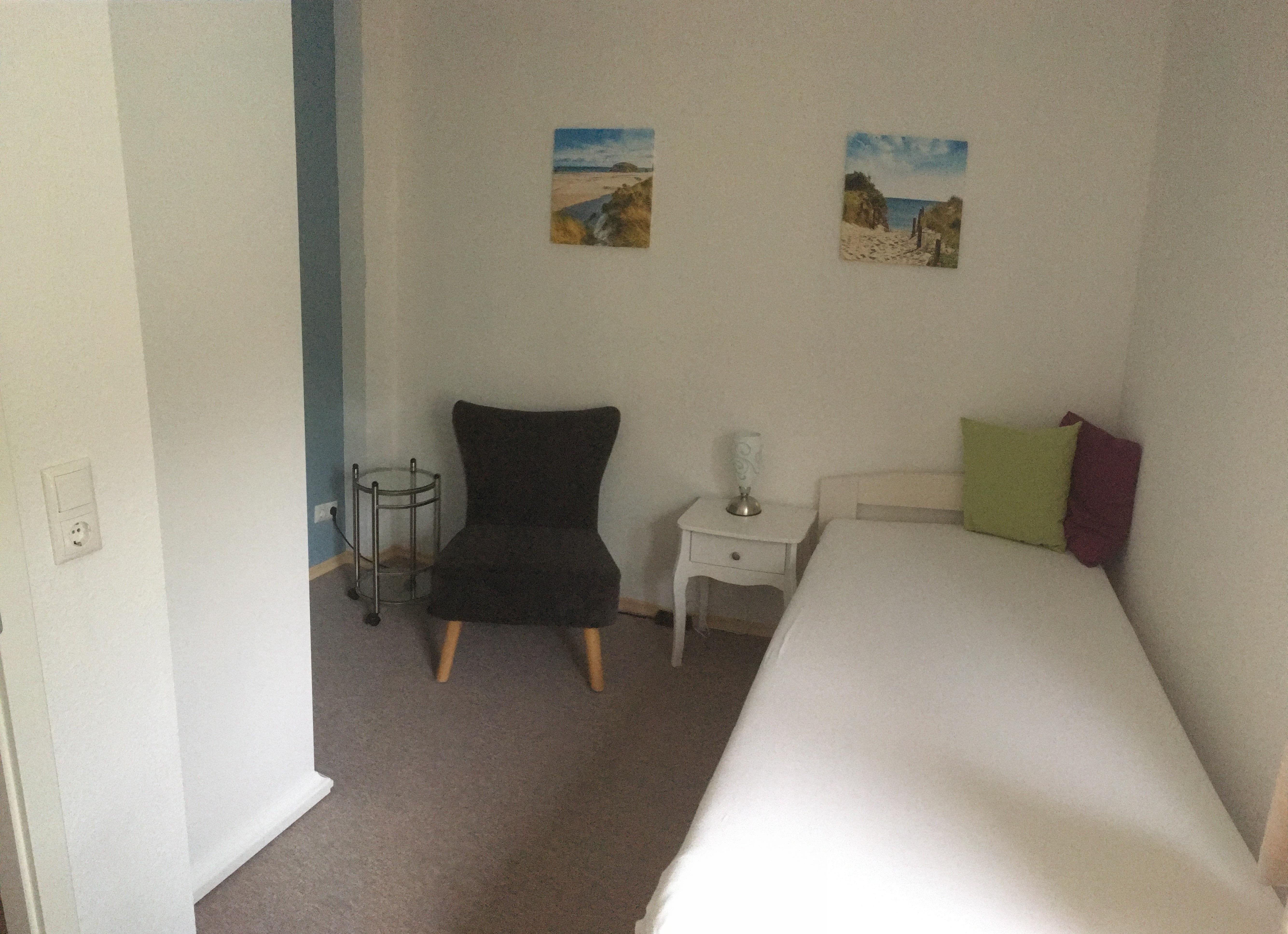 Einzelzimmer mit kleinem Arbeitsplatz